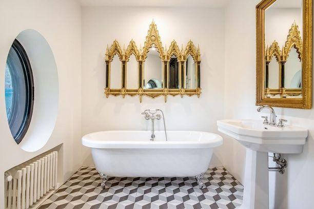 Kylpyhuoneen peili on kuin taideteos.