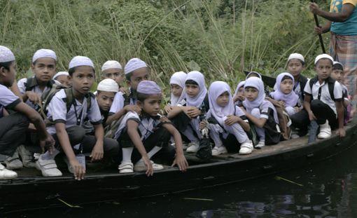 Aliburin kylän lapsia koulumatkalla.