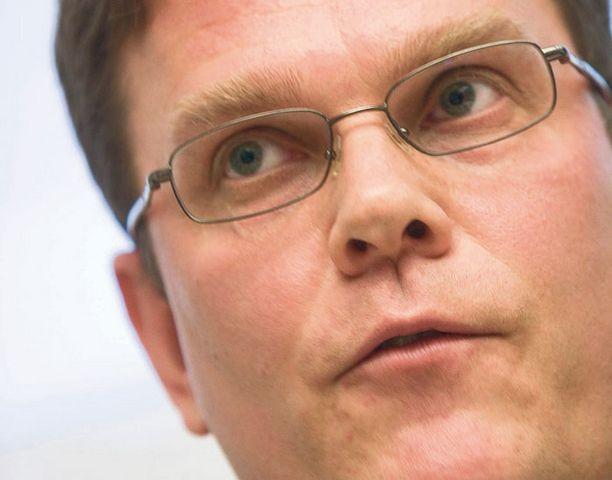 Puoluesihteeri Jarmo Korhonen (kesk.) esitti eilen näkemyksensä vaalirahakohusta.
