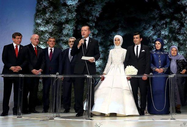 Ylpeä isä Recep Tayyip Erdogan puhumassa häävieraille.