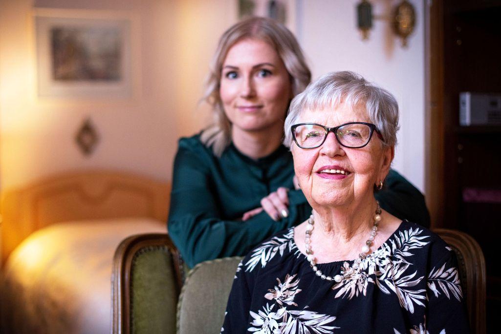 Elina Vaalto (takana) ja Airi Hämäläinen tutustuivat toisiinsa HelsinkiMission ystävätoiminnan kautta.