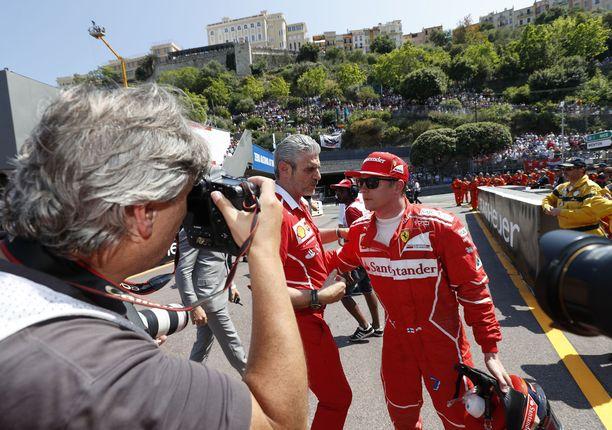 Maurizio Arrivabene toimitti Ferrarin päätöksen Kimi Raikköselle.
