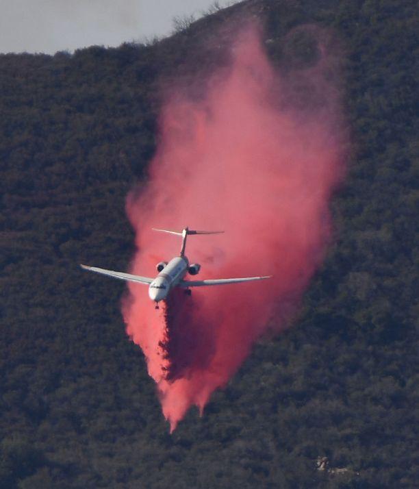 Lentokone pudotti punaisella värjättyä palonestoainetta metsään Filmoressa Venturan piirikunnassa.