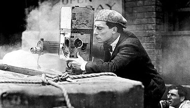 Buster Keaton naurattaa klassikkokomediassa miehenä, joka haluaa hinnalla millä hyvänsä uutiskuvaajaksi.