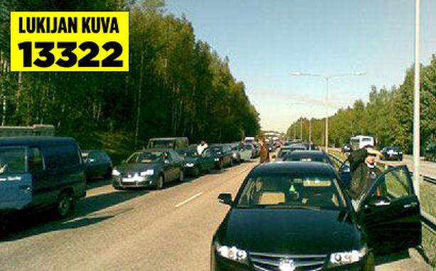 Turunväylän Helsinkiin päin menevä liikenne ruuhkautui pahoin perjantaiaamuna.