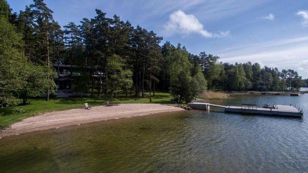 Muun muassa tämä miljoonaluokan loma-asunto on myynnissä meren rannalla Raaseporissa.