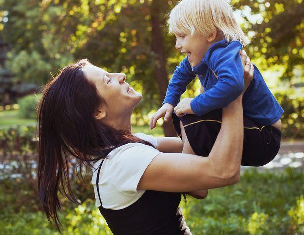 Äitien työssäkäynti yleistyy lapsien kasvaessa.