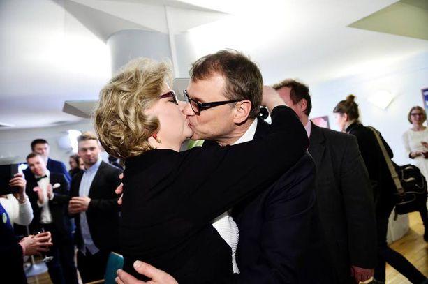 Juha Sipilä antoi suudelman vaimolleen Minna-Maarialle saavuttuaan Pikkuparlamentista keskustan puoluetoimistolle myöhään sunnuntai-iltana.