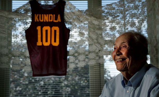 John Kundla sai 100-vuotislahjaksi komean pelipaidan.