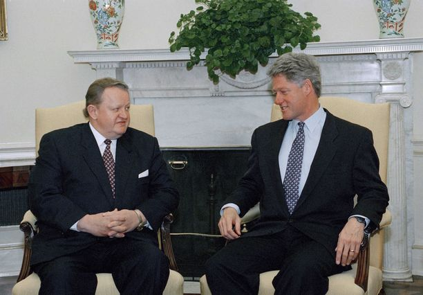 Presidentit Martti Ahtisaari ja Bill Clinton keskustelemassa Valkoisessa talossa marraskuussa 1994.