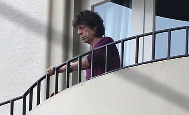 Murheellinen Mick Jagger nähtiin parvekkeella ennen hautajaisia.