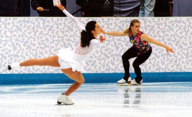 Nancy Kerrigan ja Tonya Harding olivat pahimpia kilpakumppaneita 90-luvun alussa.