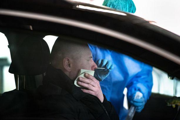Koronatestiin pitää tällä hetkellä mennä pienestäkin oireesta. Husin alueella testaaminen on pahasti ruuhkautunut.