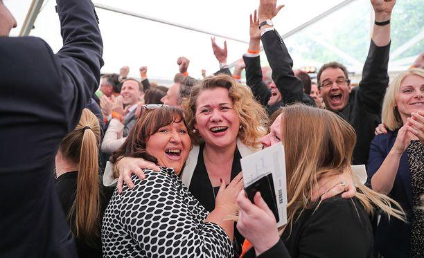 CDU:n vaalivalvojaisissa iloittiin, kun ensimmäiset ennusteet julkaistiin.