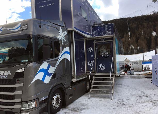 Suomen rekan vetoautona toimii Scania. Hiihtoliitto ei enää omista huoltorekkaa, vaan kuvan ajoneuvo on kilpailukauden ajan leasing-sopimuksella hiihtoporukan käytössä.