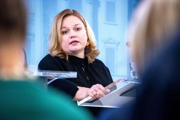 Ravintolatoiminnan vapauttamisen vastuuministeri on perhe- ja peruspalveluministeri Krista Kiuru (sd).
