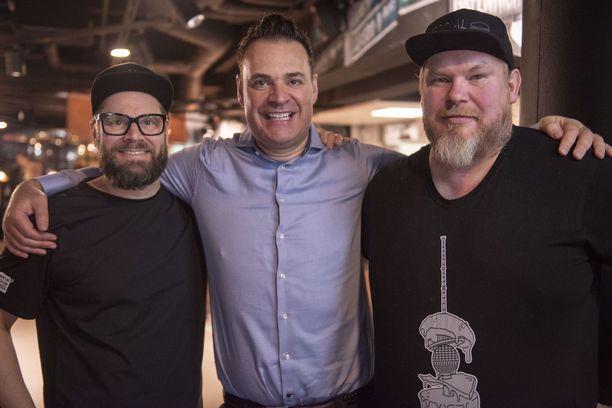 Social Burgerjoint kuuluu Kotipizza Groupiin, jonka luova johtaja Risto Mikkola (vas.) iloitsee uudesta pihvistä. Samaa voi sanoa myös pihvin kehittäneen Moving mountainsin perustaja Simeon Van Der Molenista ja burgerimies Mika Pikkis Tuomosesta.