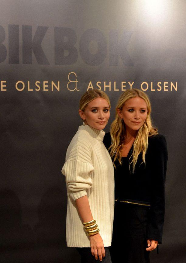 SUUNNITTELIJAKAKSOSET Mary-Kate ja Ashley Olsen saapuivat Tukholman Bik Bok -myymälään itse suunnittelemissaan vaatteissa.