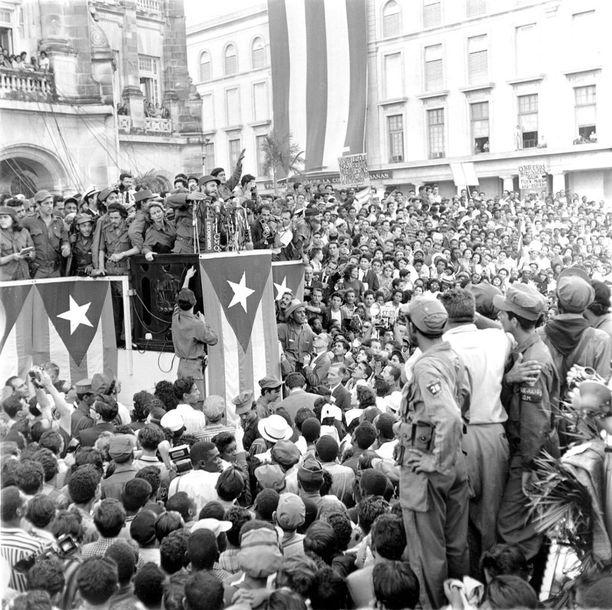 Fidel Castro piätmässä puhetta presidentinpalatsin edessä Havannassa tammikuussa 1959.
