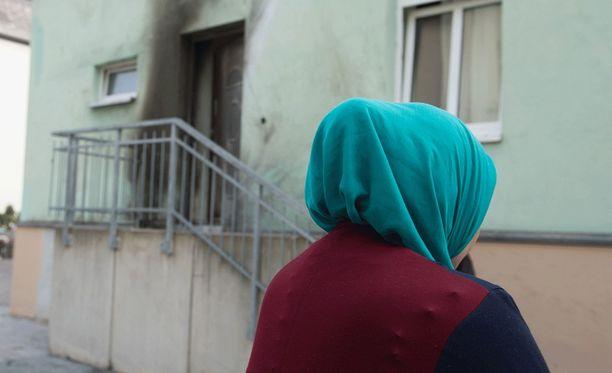 Nainen seisoi Fatih Camiin moskeijan edustalla Dresdenissä. Sen edessä räjähti eilen illalla pommi.