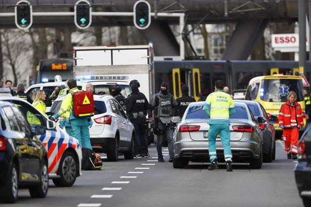 Poliisin terrorismin vastainen yksikkö on tapahtumapaikalla.