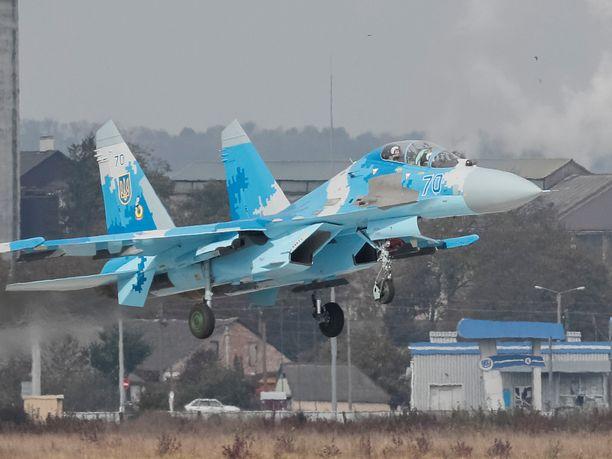 Suhoi Su-27 on alun perin neuvostoliittolainen hävittäjä. Sotaharjoitus järjestettiin Starokostiantynivin lentotukikohdassa.