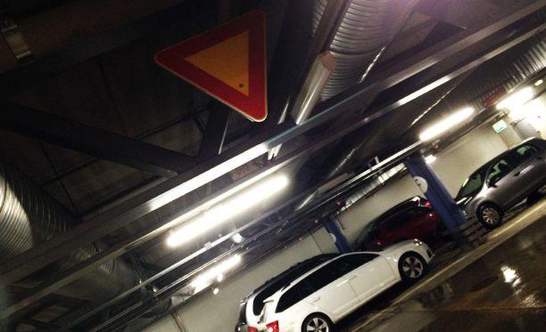 Kärkikolmio määrää usein parkkiruutujen suunnasta tulevan väistämään.