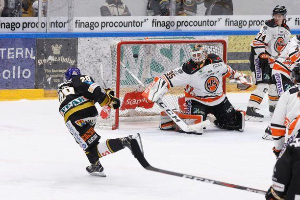 Kärppien nuori tähti Aleksi Heponiemi osui helmikuussa HPK:n verkkoon.