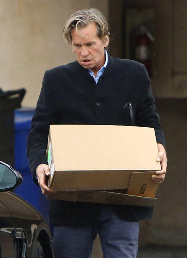 Val Kilmer kantoi pahvilaatikoita Santa Monicassa maanantaina.