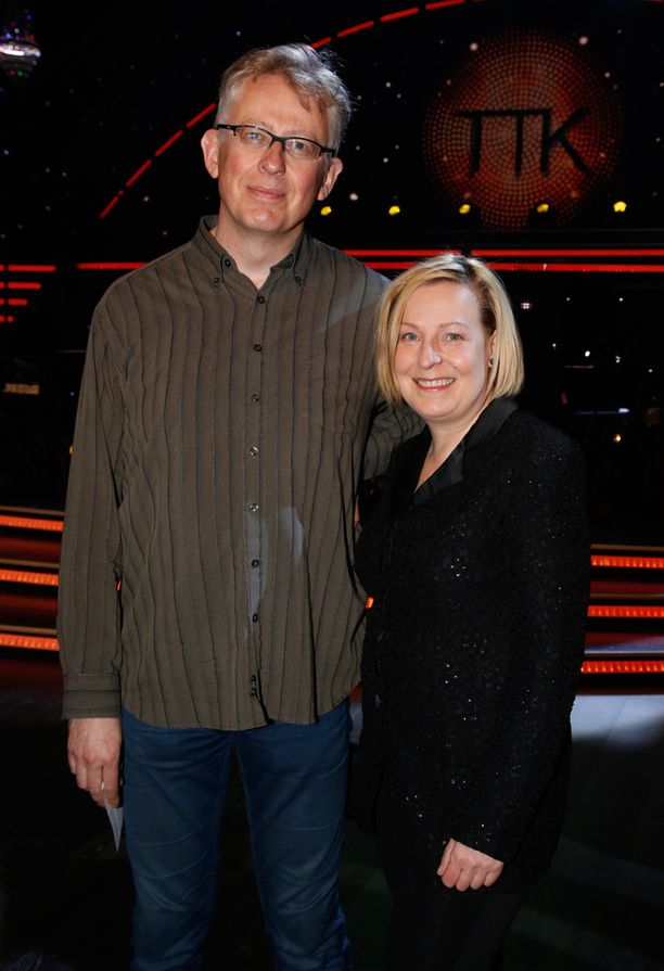 Mari Sarolahti ja Pekka Pouta kannustavat Kirsi Alm-Siiraa.