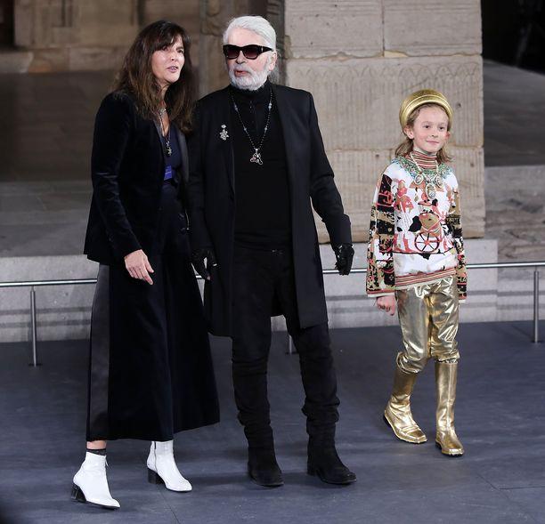 Karl Lagerfeld kuvattuna joulukuussa 2018 Chanelin Metiers D'Art -näytöksen päätteeksi.