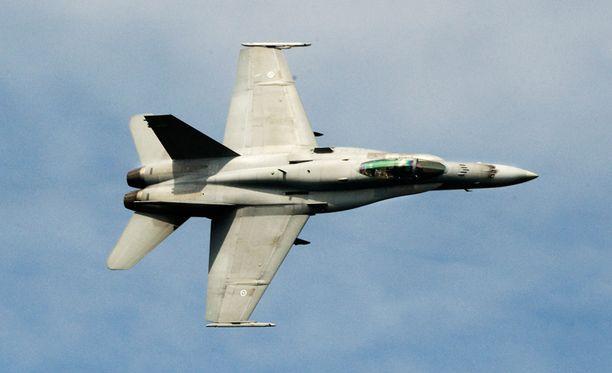 Hämminki valtionjohdon viestinnässä tuli ilmi vasta, kun pääministeri Jyrki Katainen (kok) sanoi julkisuudessa, että Hornet olisi käynyt tunnistamassa ilmatilaa loukanneen koneen.