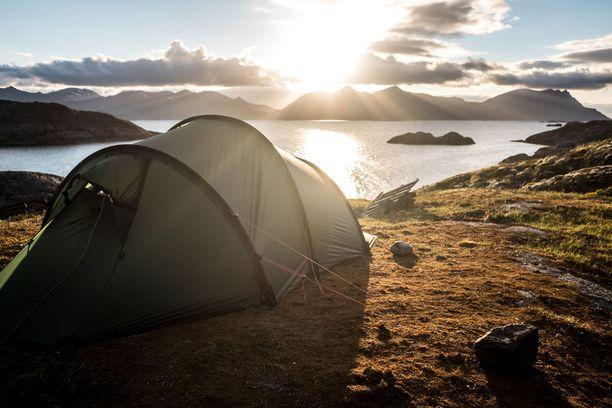 Pohjois-Norjassa sijaitseva Lofoottien saariryhmä on suosittu retkeilykohde. Tämä teltta on pystytetty Henningsværin kalastajakylän lähelle.
