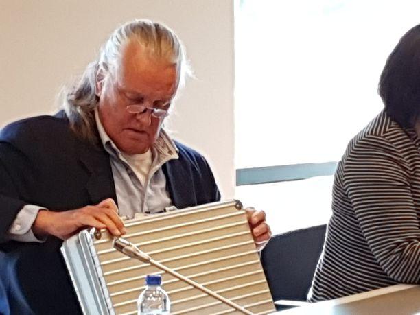 Kimmo Elomaa saapui Varsinais-Suomen käräjäoikeuteen keskiviikkoaamuna.