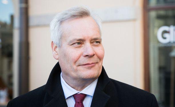 Antti Rinne esitti Roope Salmiselle kahvikutsun eduskuntaan.