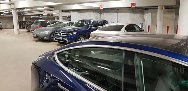 Tyypillinen tilanne. Finlandia-talon Q-parkki. Kaksi latauspistettä, jotka ovat jatkuvasti varattuina.  Lataamassa kaksi pistokehybridiä, odottamassa kaksi täyssähköistä Teslaa.
