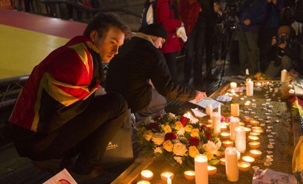 Surunvalitteluita iskujen uhreille Brysselissä maaliskuussa 2016.
