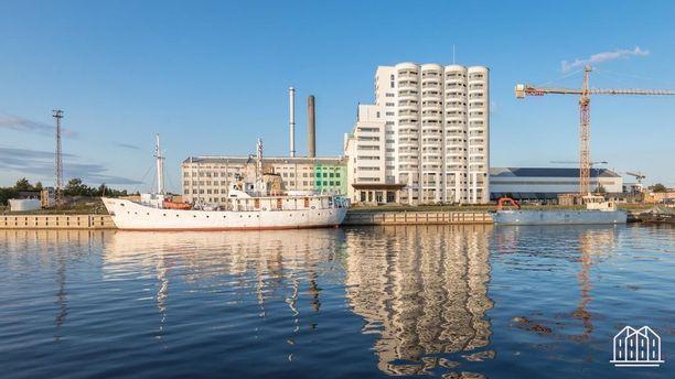 Tervahovin Siilot -niminen taloyhtiö on komea näky merimaisemassa.