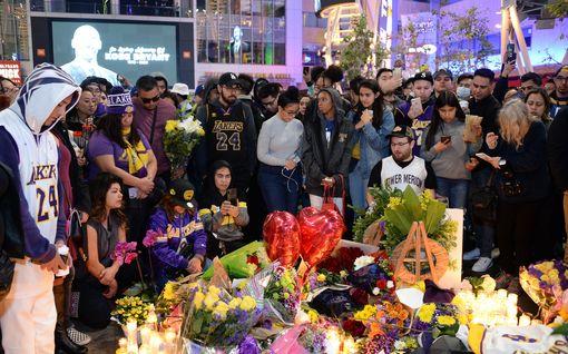 Koskettavat kuvat: Kobe Bryantin kuolemaa on surtu ympäri maailmaa