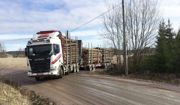 Kokonaispainoltaan 76 tonnin puunkuljetusauto lähdössä Hausjärveltä Riihimäelle.