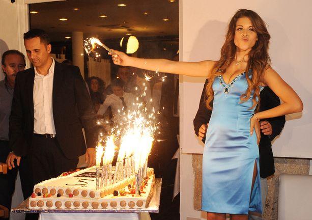 Ruby kiisti oikeudessa harrastaneensa seksiä Silvio Berlusconin kanssa, mutta Berlusconin epäillään lahjoneen naisen, jotta tämä valehtelisi asiasta.