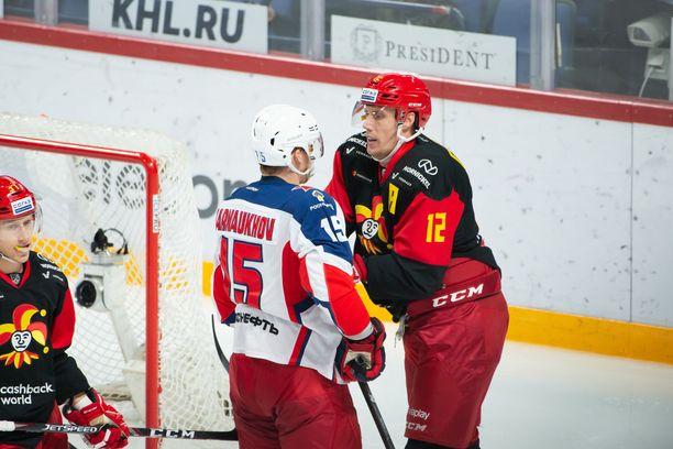 Jokerien Marko Anttila ja ZSKA:n Pavel Karnauhov osuivat samoille raiteille keskiviikon ottelussa.