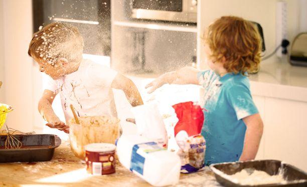 Lapsiperheissä syntyy helposti sotkua, mutta ihan yhtä helposti sitä sotkun aiheuttaja ei yleensä siivoa.