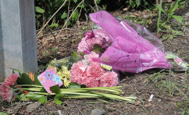 Kukkia onnettomuuspaikalla.