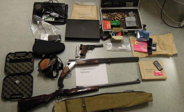 Cannonballin vanhoista kerhotiloista Viipurinkadulta löytyi aseita, patruunoita ja räjähteitä.