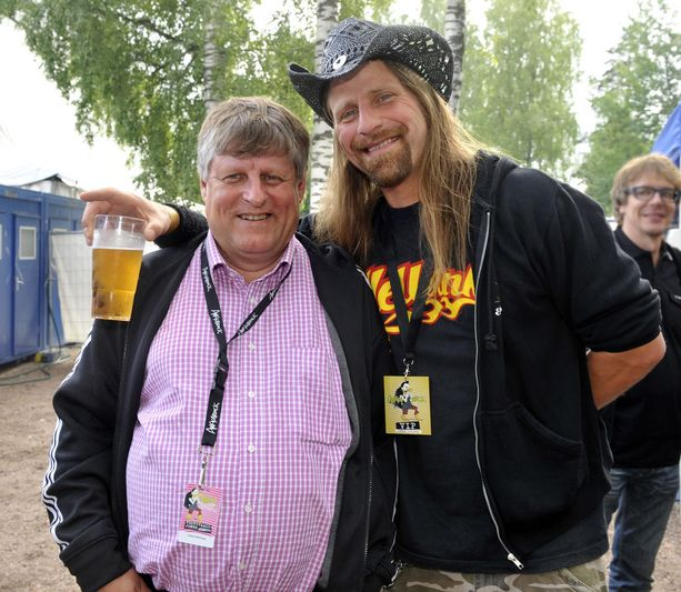 Musiikkivaikuttaja juhli toimittaja Jone Nikulan kanssa Ankkarockissa vuonna 2009.