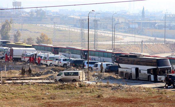 Bussit odottavat Alepposta evakuoitavia.