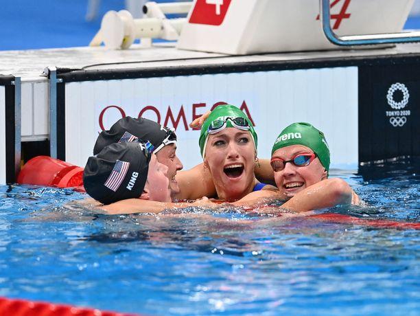 Tatjana Schoenmaker (toinen oikealta) liikuttui kyyneliin. Kilpasiskot nappasivat hänet halaukseen.