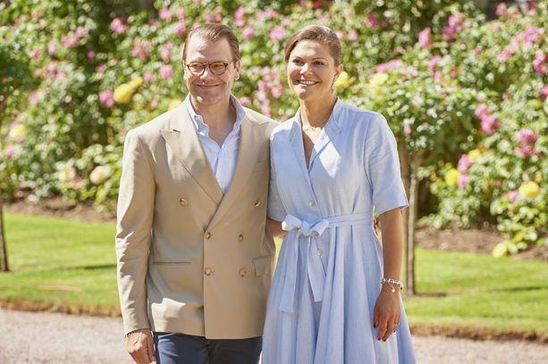 Kruununprinsessa Victoria ja puoliso prinssi Daniel poseerasivat kuvaajille virallisena merkkipäivänä 14. heinäkuuta 2017.