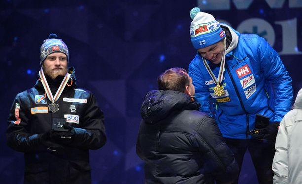 Martin Johnsrud Sundby (vas.) oli yhtä hymyä, vaikka joutui tyytymään hopeaan.